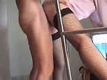 Femme aux bas nylon se fait prendre debout par derrière