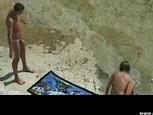 Couple filmé sur une plage par un voyeur