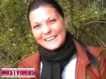 Brunette suce le gland d'un inconnu en forêt