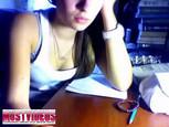Pétillante étudiante se masturbe sur la table d'étude