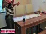 Rouquine tatouée enculée sur la table par un jeune TBM