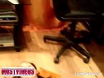Belle brune joue avec son vibro masseur