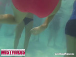 Vidéo d'un voyeur sous l'eau à la piscine