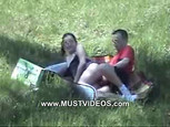 Ils baisent en plein air et se font filmer par un gros voyeur