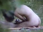 Jeune couple espionné par un voyeur qui filme leur baise